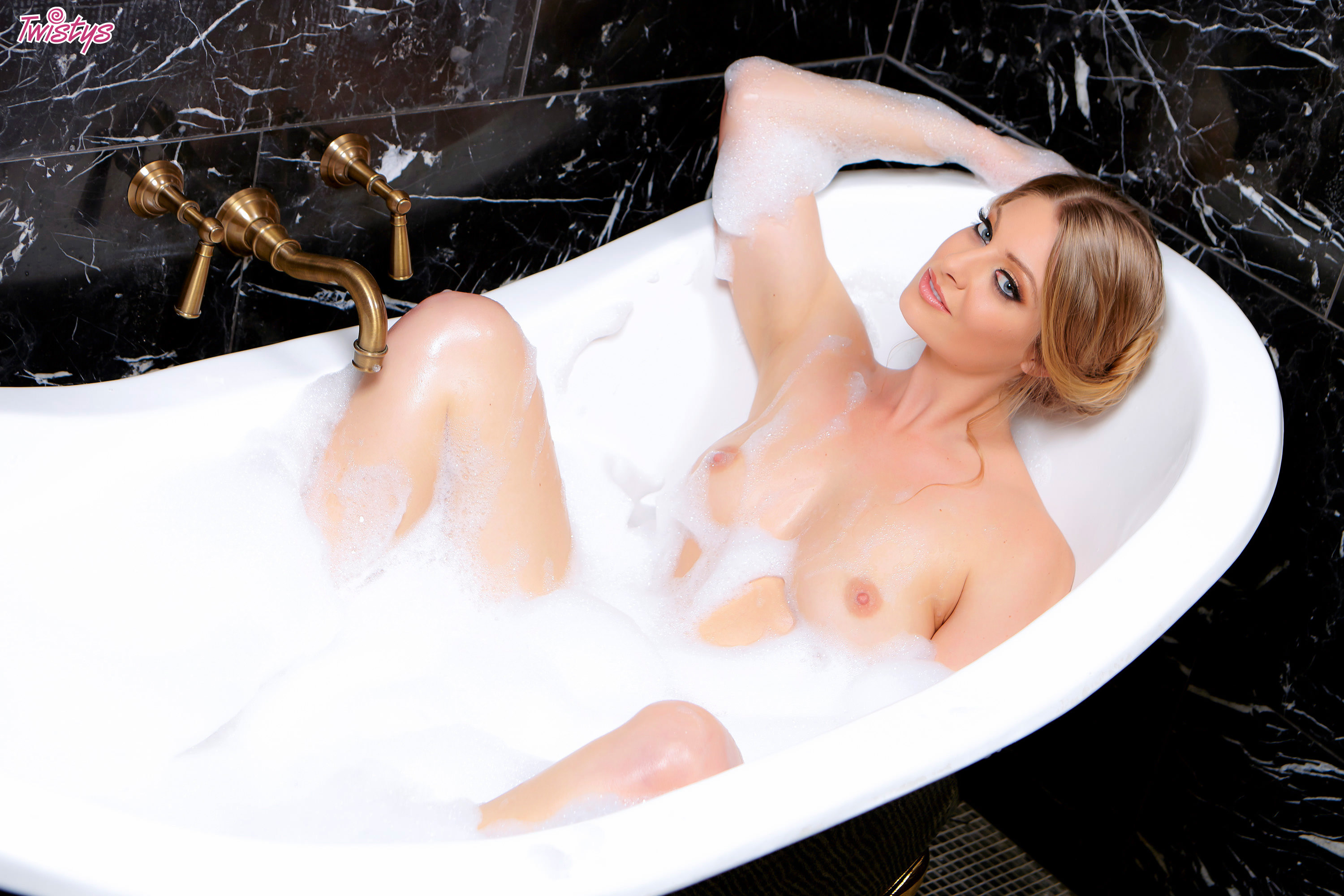 Wet porn stars in bath tub — img 4